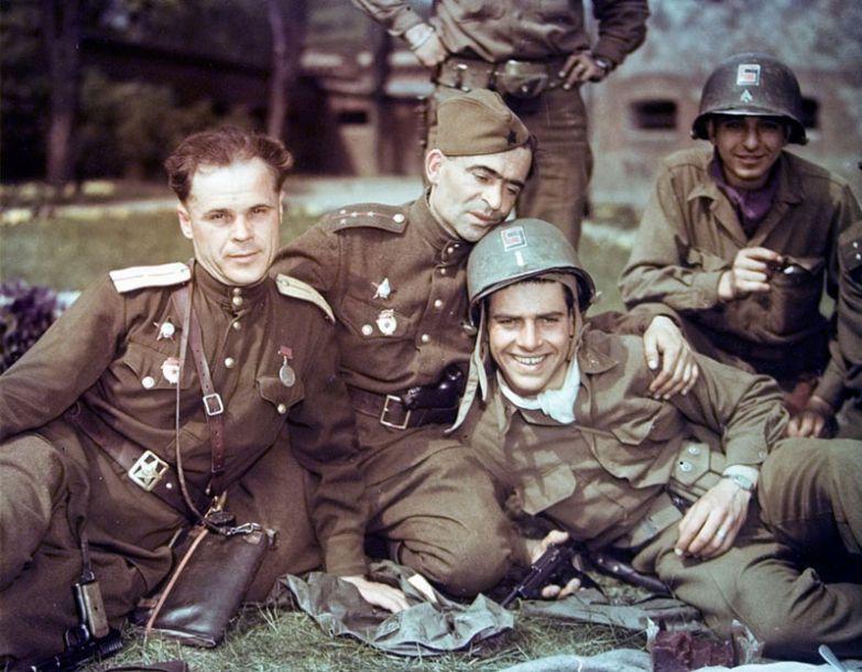 Солдаты США и советские офицеры во время дружеской встречи на Эльбе, апрель 1945