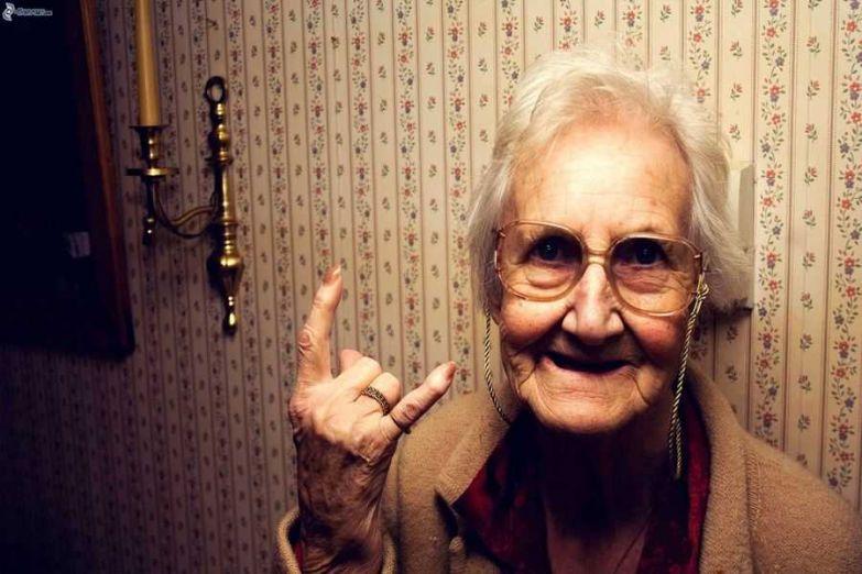 Після дзвінка, майже відразу, немов чекала, двері відкрила старенька років 80-ти …