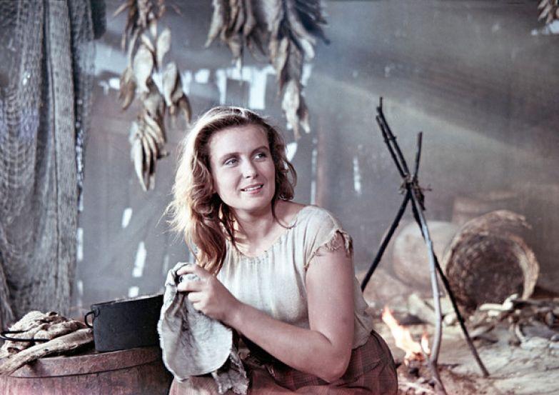 Изольда Извицкая стала звездой фильма «Сорок первый», хотя изначально Григорий Чухрай предложил роль Савиновой