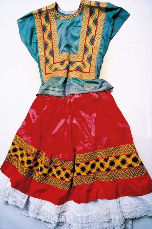 Фрида Кало переболела полиомиелитом в детстве, поэтому предпочитала длинные платья, которые скрывали асимметричные ноги.
