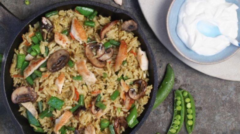 рис со стручковой фасолью, курицей и грибами