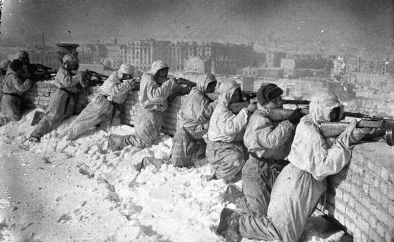 Советские солдаты на крыше дома в Сталинграде, январь 1943