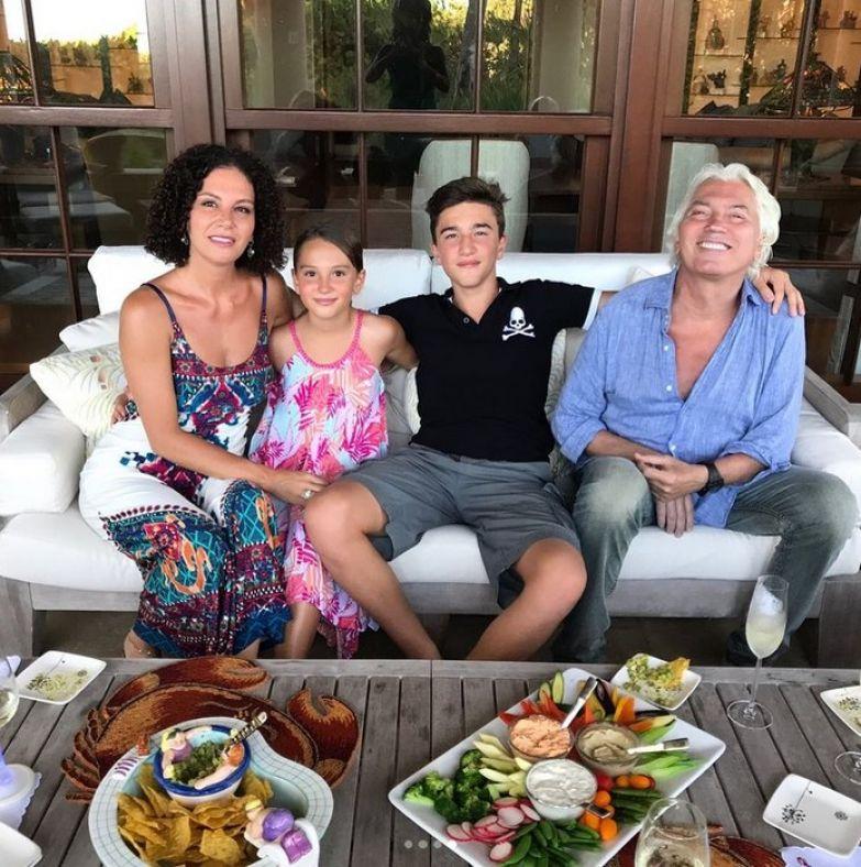 Дмитрий Хворостовский с женой и детьми Максимом и Ниной. / Фото: www.domashnyochag.ru