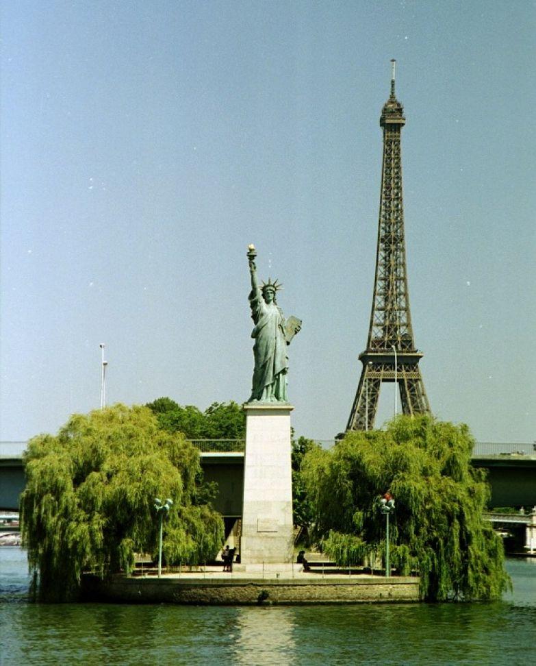 Парижская статуя Свободы обращена лицом к своей уехавшей за океан сестре.