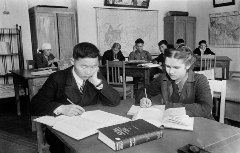 Они были простыми школьниками, сидели за партами, делали уроки. И мечтали о светлом завтра. / Фото: www.radionetplus.ru
