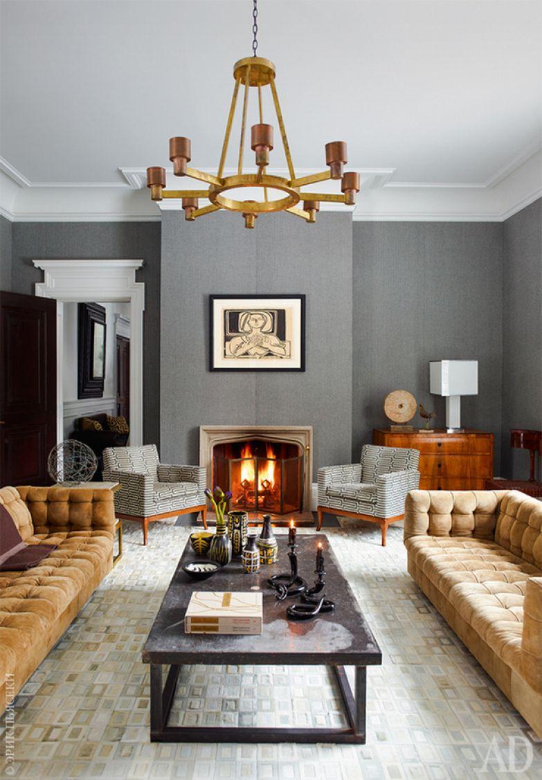 Вечерняя гостиная. Два дивана работы Майло Бомана сохранили оригинальную замшевую обивку. Кресла у камина тоже винтажные. Обои Balines Herringbone, Ralph Lauren Home.