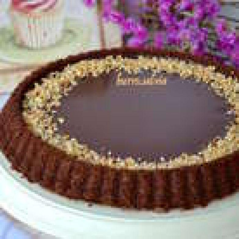 Достать торт из холодильника минут за 20 до подачи на стол. Но, это дело вкуса. Можно дать постоять торту и более 20 минут. Перед подачей украсить торт по краю крошкой из орехов (предварительно слегка поджарить в духовке) или свежими ягодами! Тоже замечательно получается!