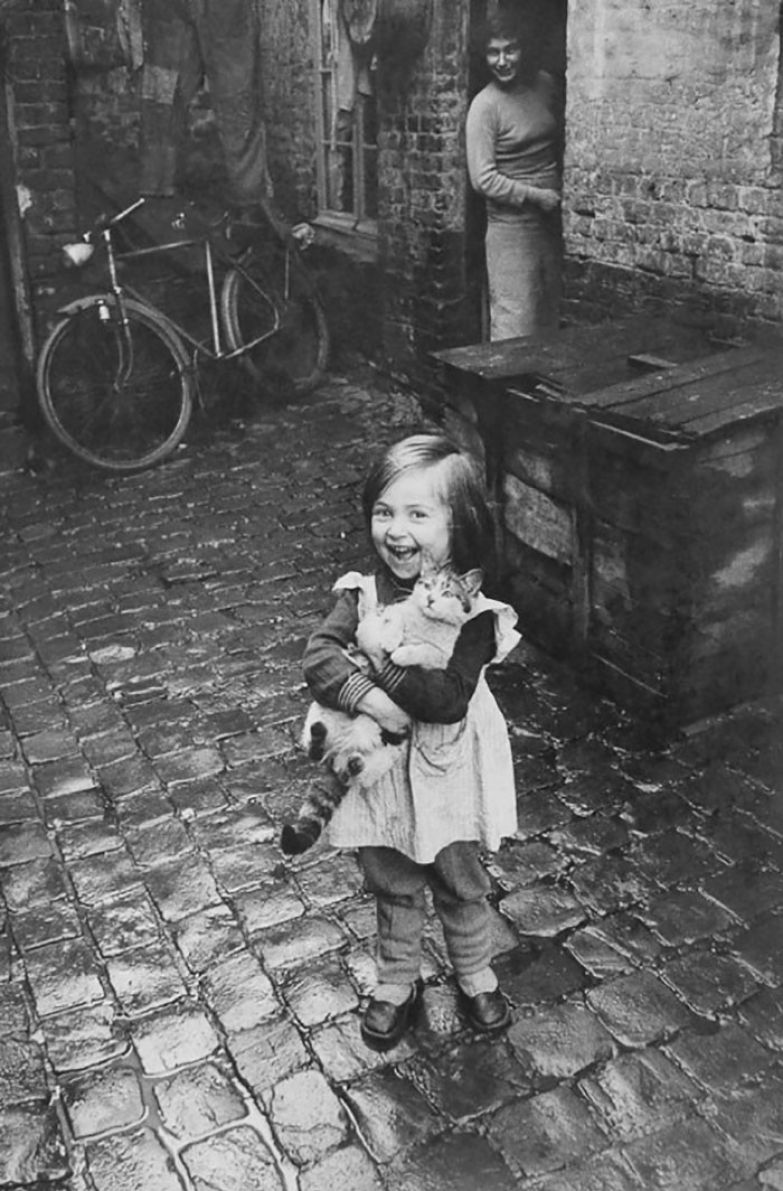 10. Счастливая французская девочка и ее кошка, 1959 г. архивные фотографии, лучшие фото, ретрофото, черно-белые снимки