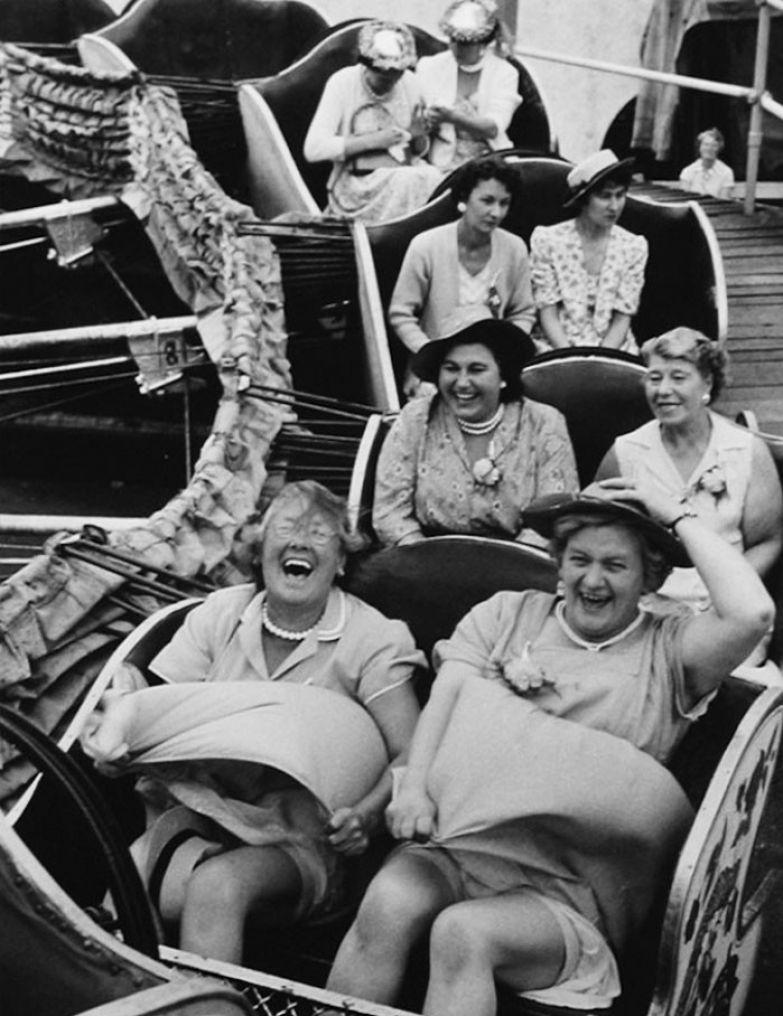 26. Леди на аттракционе, Лондон, 1958 г. архивные фотографии, лучшие фото, ретрофото, черно-белые снимки