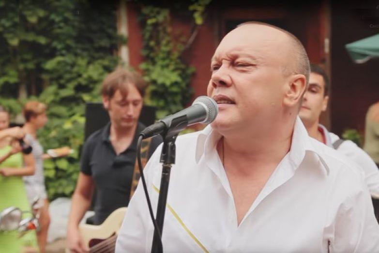 В нулевых артист стал солистом группы «Д-ръ БрМенталь»