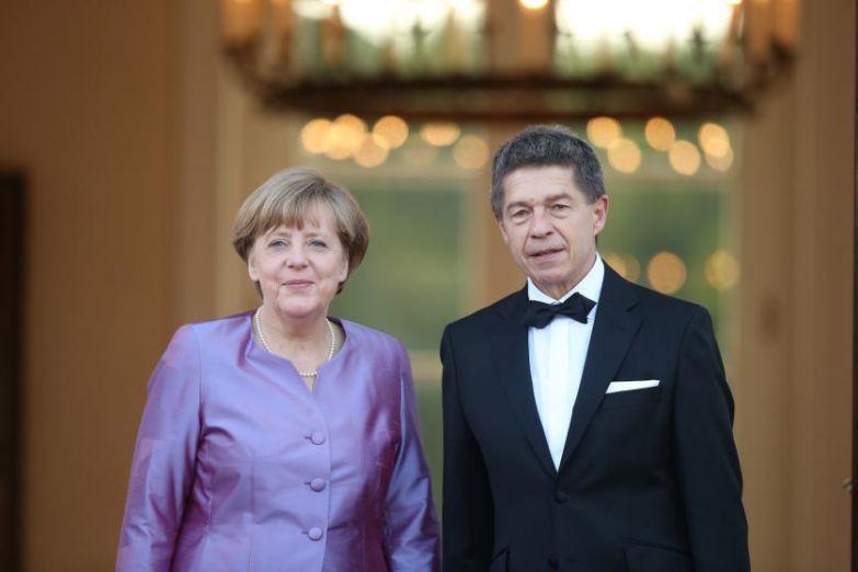 Канцлер Ангела Меркель и её муж Йоахим Сауэр прибывают во дворец Бельвю 24 июня 2015 в Берлине.