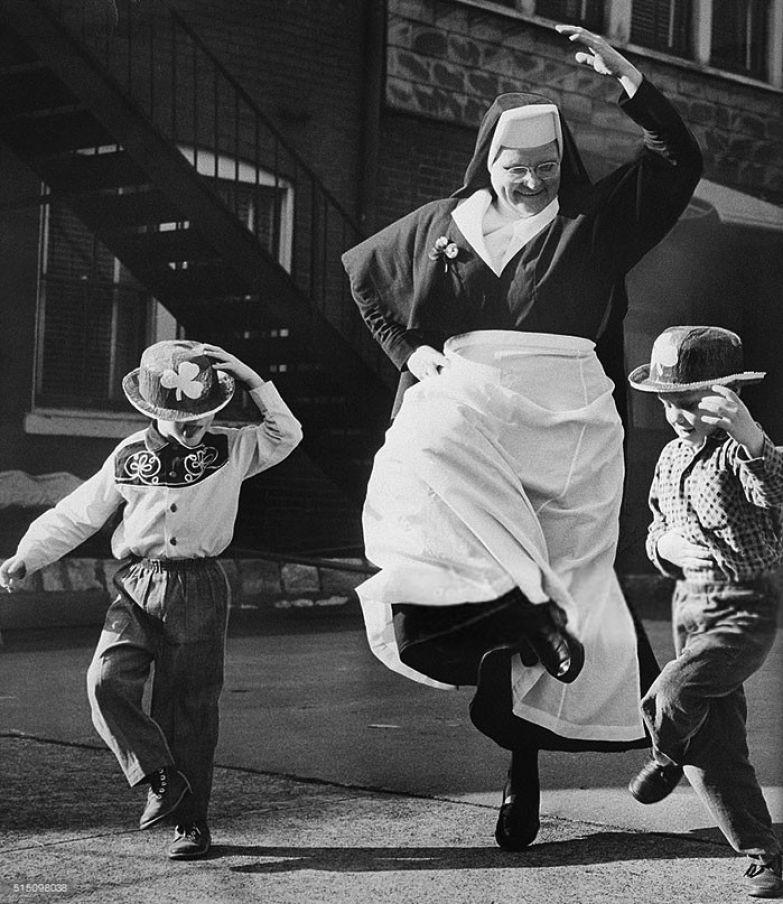 25. Монахиня танцует с детьми, 1964 г. архивные фотографии, лучшие фото, ретрофото, черно-белые снимки