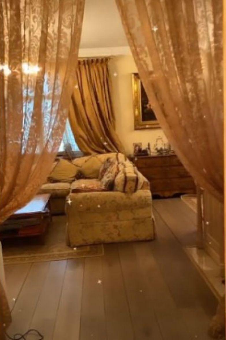 Гостиная в квартиры певицы оформлена в коричневых и бежевых тонах