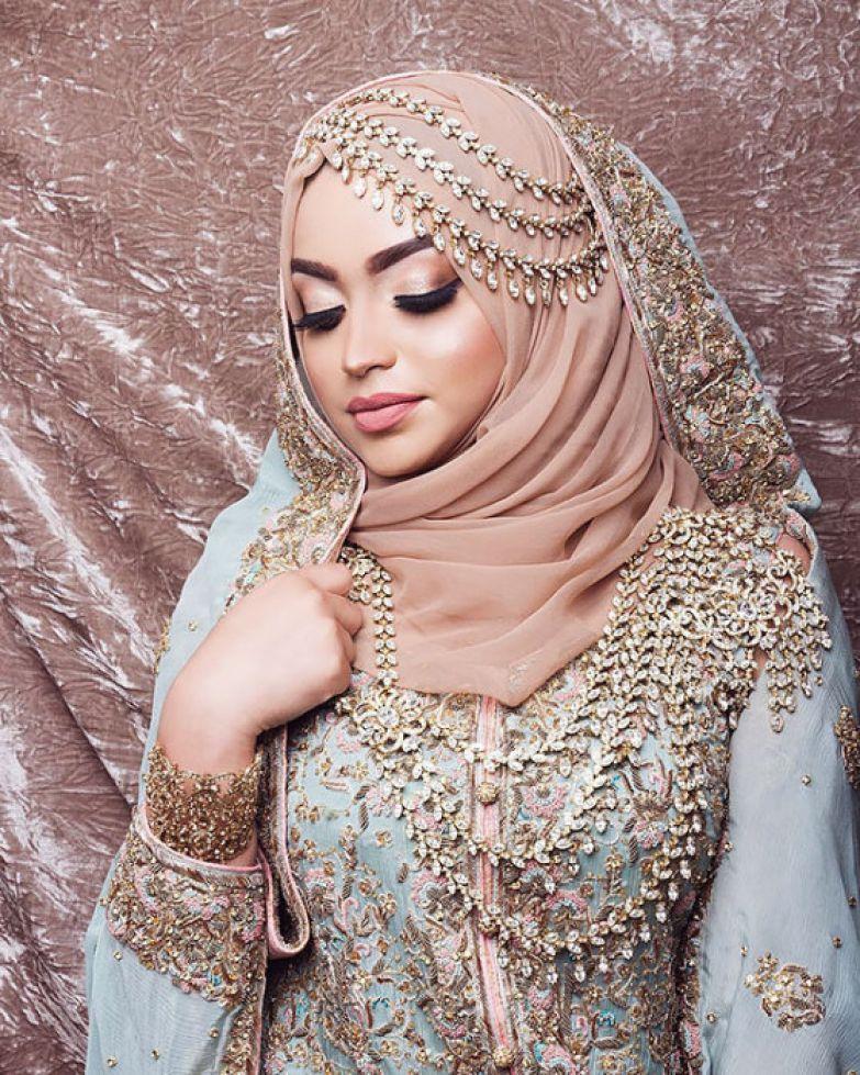 Чем больше невеста надевала украшений, тем она становилась красивее.