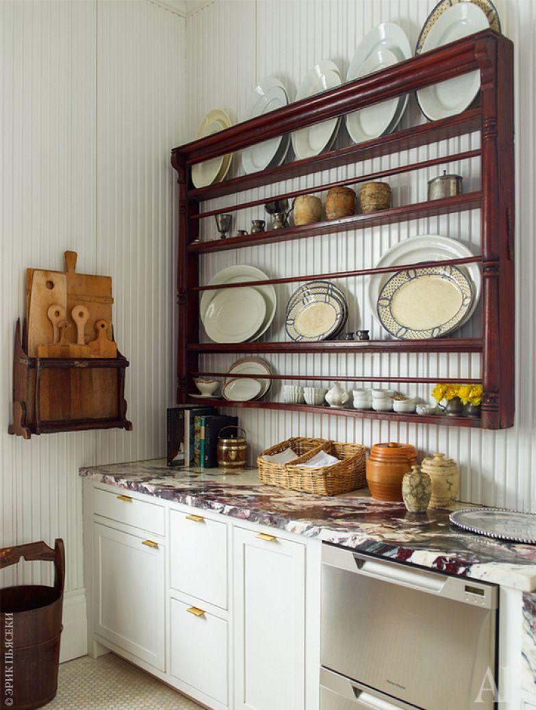 Фрагмент кухни. Среди столовой посуды также масса старинных вещей: страсть владельца к коллекционированию всевозможного антиквариата неистощима.