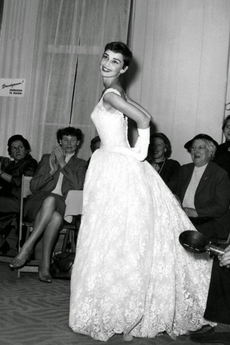 Одри Хепберн на фешн-шоу в Герзоне, Амстердам. 2 ноября 1954г.