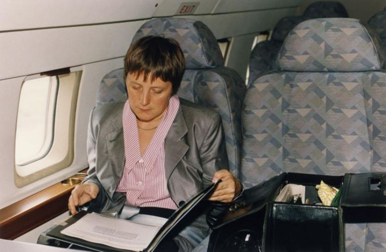 Ангела Меркель, тогда Федеральный министр по делам женщин и молодёжи, в самолёте в Германии в 1991 году.