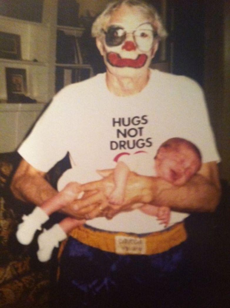 """5. """"Обьятия, а не наркотики"""", дедушка! Семейные фото, идиоты, прикол, ужас, юмор"""