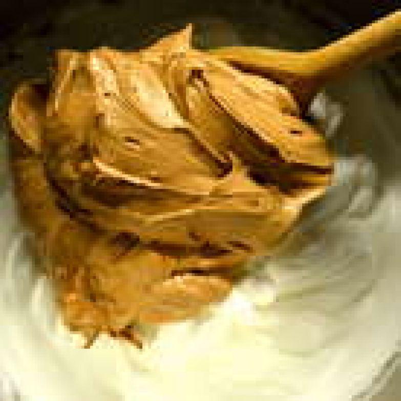 Теперь заканчиваем приготовление нашего крема! В готовые взбитые белки добавляем по частям шоколадно-масляный крем и аккуратно перемешиваем до однородности.