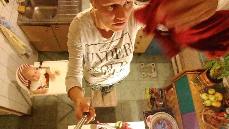 Василиса загружает вещи в стиральную машинку, советует маме, как лучше повесить белье, наблюдает за тем, как она гладит папины вещи будни, мама, проект