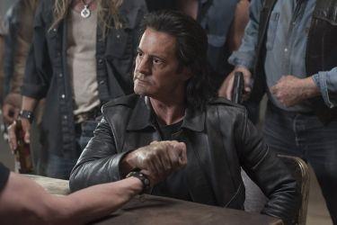 Если первый сезон был, скорее, детективом, то в двух оставшихся больше внимания уделяется мистике