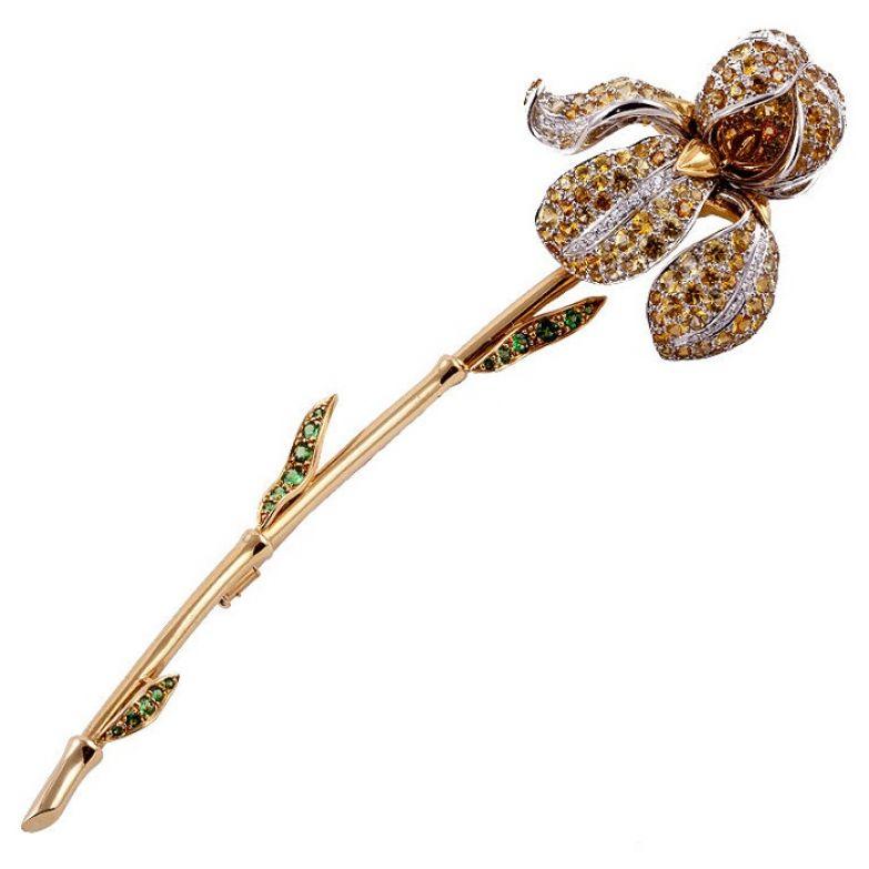 П. Фарнхэм. Брошка «Цветок Ириса». Жёлтое и белое золото,  желтые сапфиры, изумруды и бриллианты