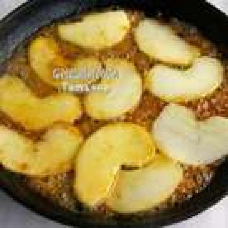 Яблоки очищаем и нарезаем тонкими пластинами. Кладём пластинки яблок в один слой в карамель и держим на огне по 30 секунд с каждой стороны, чтобы они стали мягкими и покрылись карамелью.
