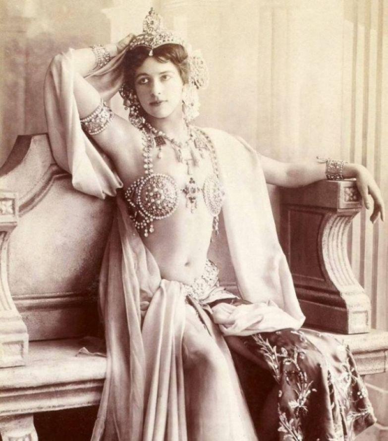 Исполнительница экзотических танцев и куртизанка голландского происхождения, 1910-е годы.