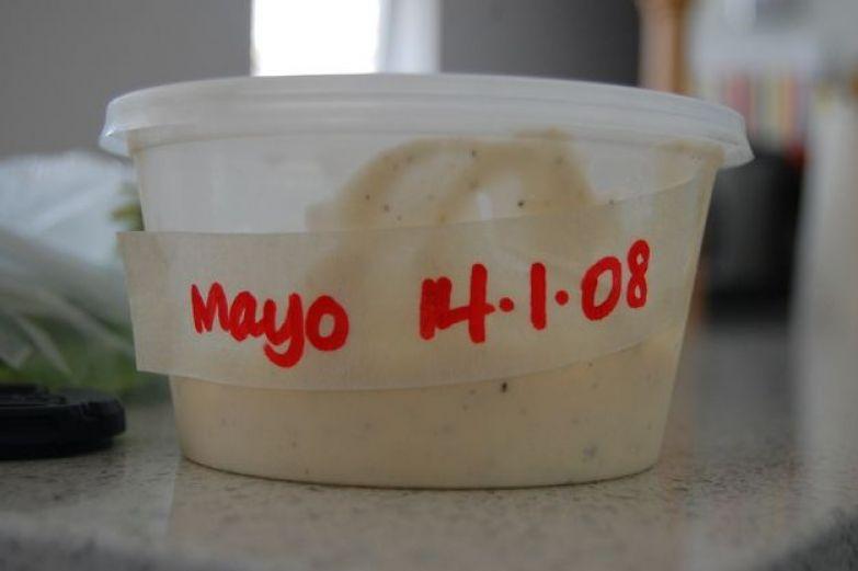 Рядом с холодильником положите рулон клейкой ленты и маркер