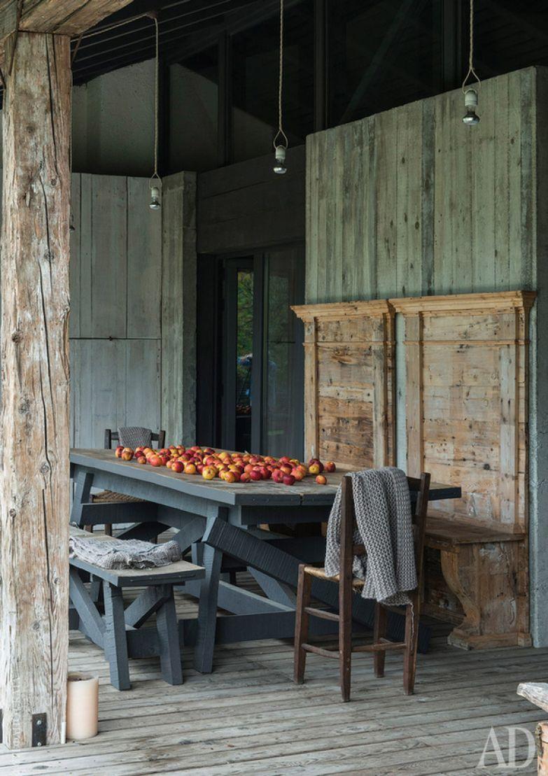 К дому примыкает просторная терраса, на которой можно обедать в теплое время года.