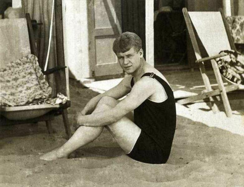 Сергей Есенин на пляже во время заграничного путешествия по Европе с Айседорой Дунканан. 1922 год.