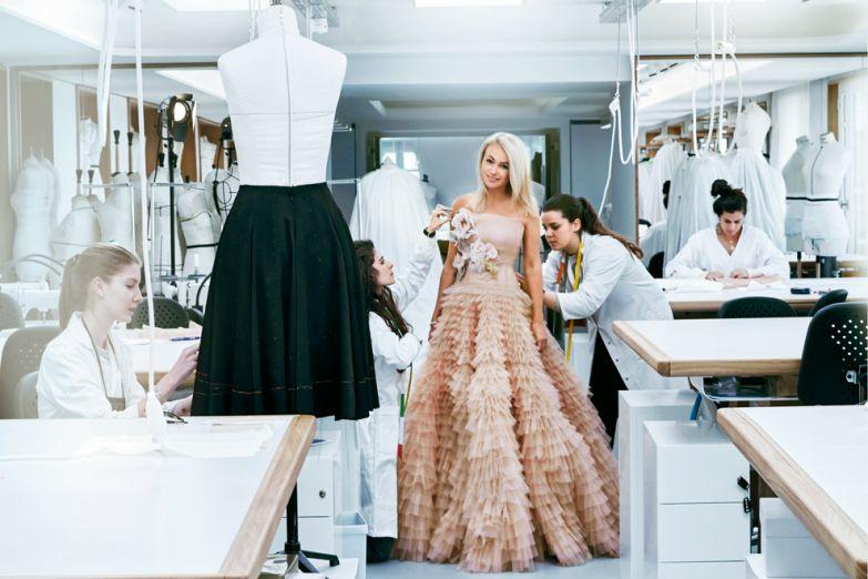 У Яны, как у каждой постоянной клиентки, есть свой персональный манекен в Dior. Но они все равно настаивают на двух примерках – традиция превыше всего