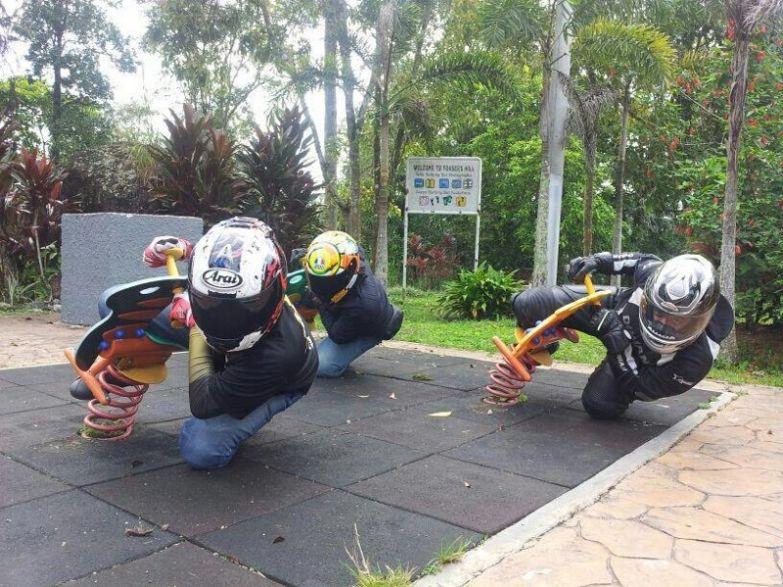 Даже не игрушечных мотоциклах делай серьёзный вид. like a boss, прикол, юмор
