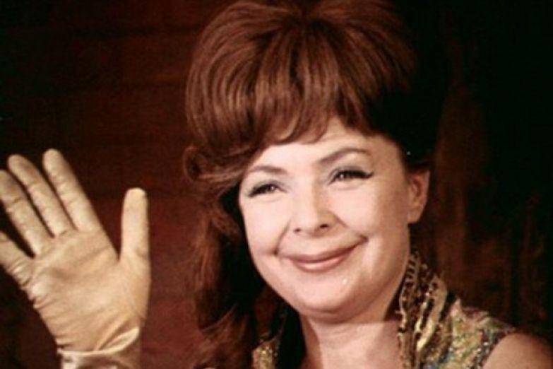 Пани Моника в исполнении Ольги Аросевой стала для зрителей иконой стиля
