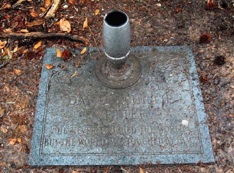 Надпись на надгробье Дэвида Веттера.   Фото: bigpicture.ru.
