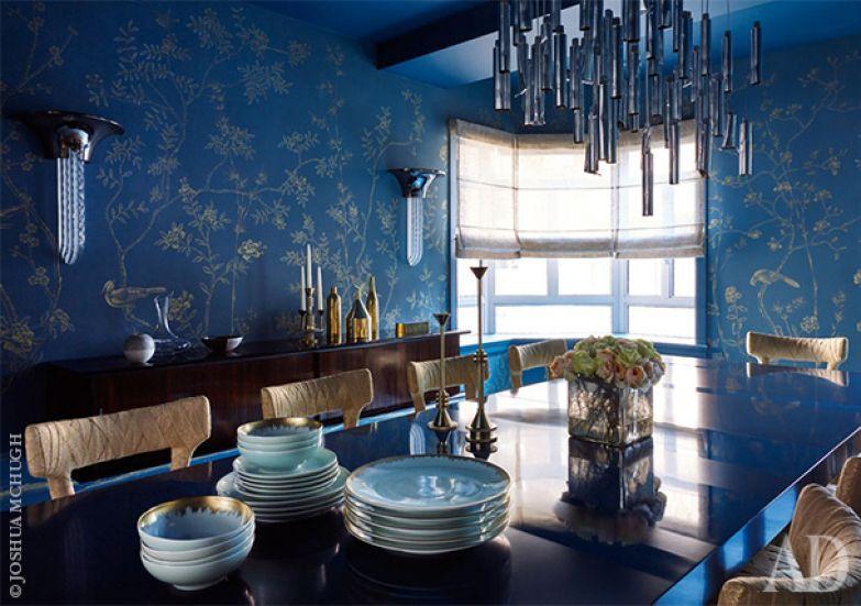 Для оформления столовой дизайнер Элена Фрэмпнтонвыбрала сиие обои от de Gournay wallcovering, потолок выкрасила в поддрежку обоям - тоже в сиий цвет. Обеденный стол сделан Frampton Co и оуркжен стульями Mummy от Minotti.