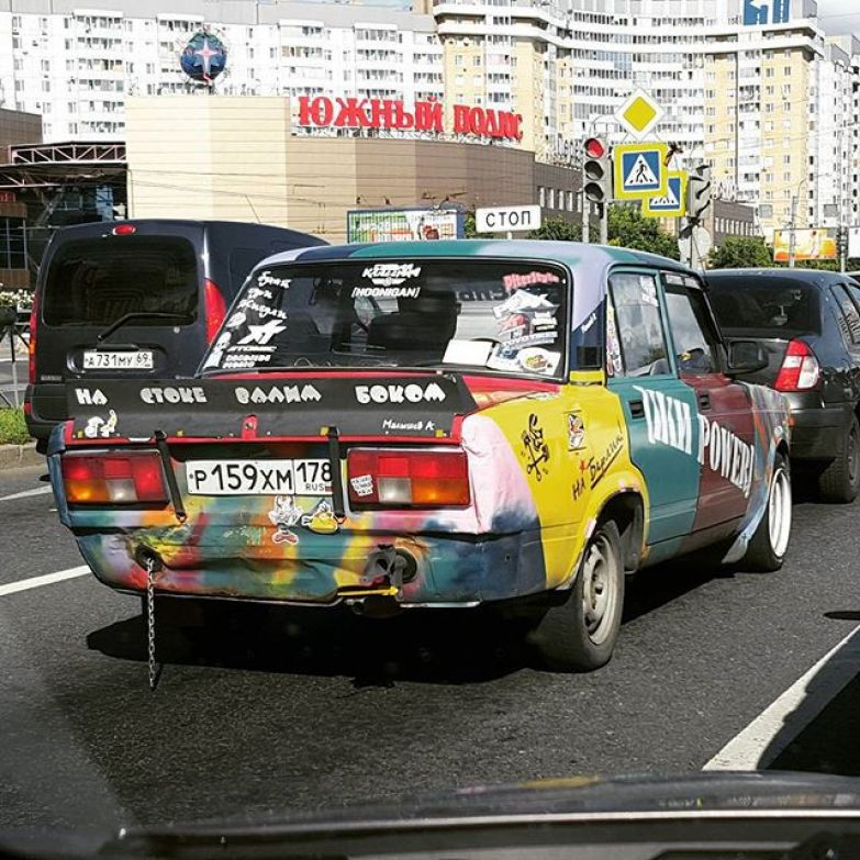 Хамелеон на дороге асфальт, дорожная разметка, надписи на машинах, прикол