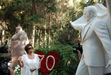 Тамара Синявская у памятника Муслиму Магомаеву в день его 70-летия на Аллее почетного захоронения в Баку.