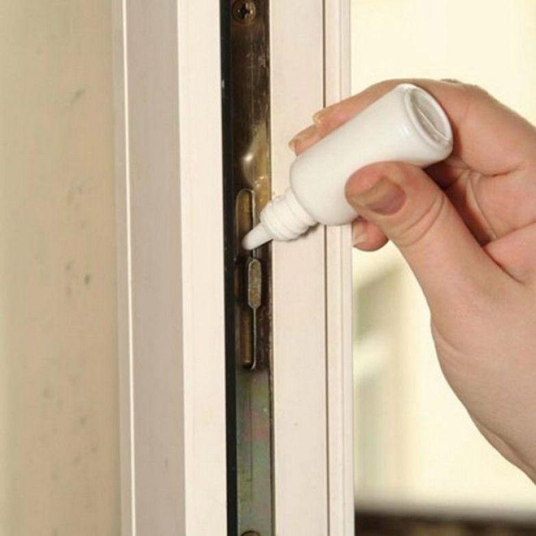 Механизм пластиковых окон нужно смазывать раз в год машинным или силиконовым маслом