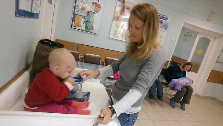 Ждать своей очереди к врачу тоже весело, ведь у Юли всегда с собой есть пара игрушек для Василисы будни, мама, проект