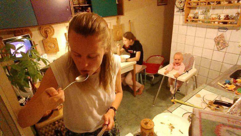 Ужинает семья вместе, но каждый за своим столом будни, мама, проект