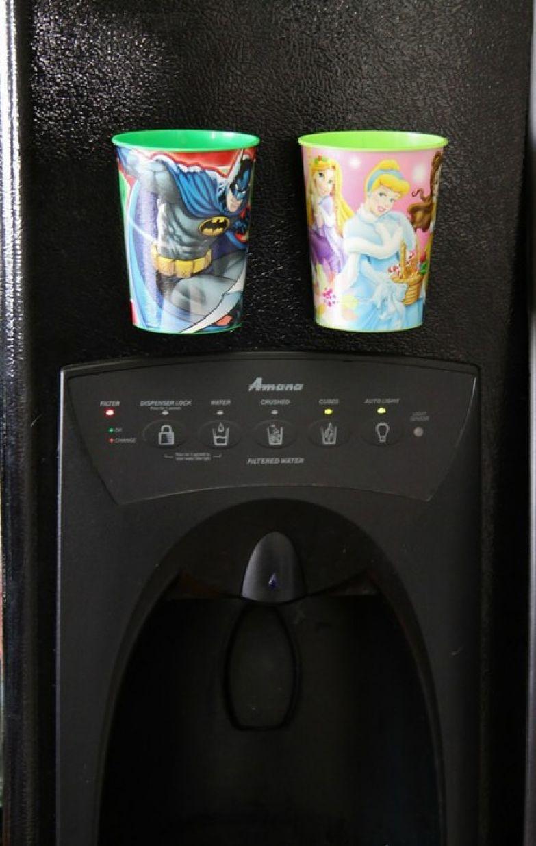 1. Дети используют слишком много чашек? Прикрепите пластиковые стаканчики магнитами к холодильнику, чтобы их всегда было легко взять дети, подсказки, родители, хитрости
