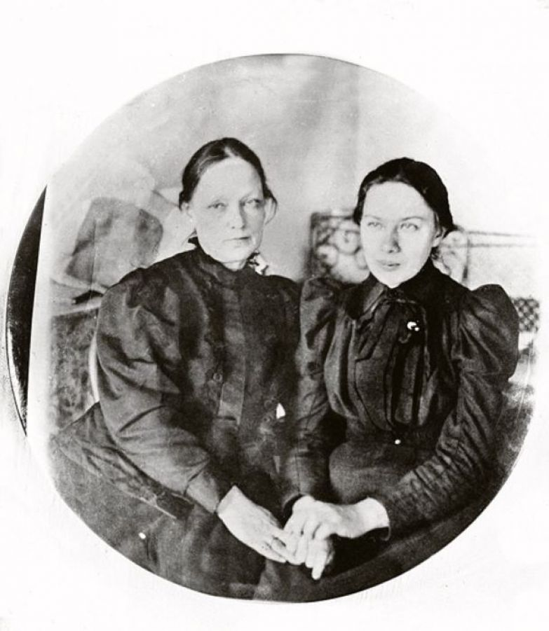 Надежда Крупская с матерью.