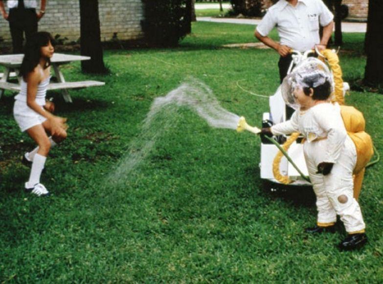 Дэвид Веттер в скафандре веселится на лужайке со своей сестрой Кэтрин.   Фото: bigpicture.ru.