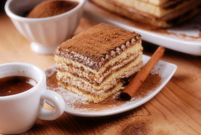Когда вы будете резать десерт на порции, смачивайте как можно чаще нож в горячей воде, чтобы не размазать крем, иначе торт будет выглядеть неаккуратно