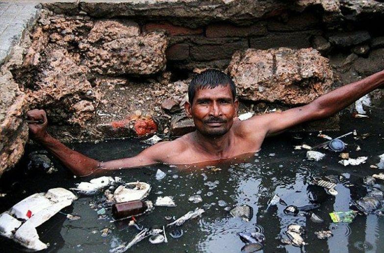 Чистильщик канализации в Индии. офис, профессии, работа, юмор