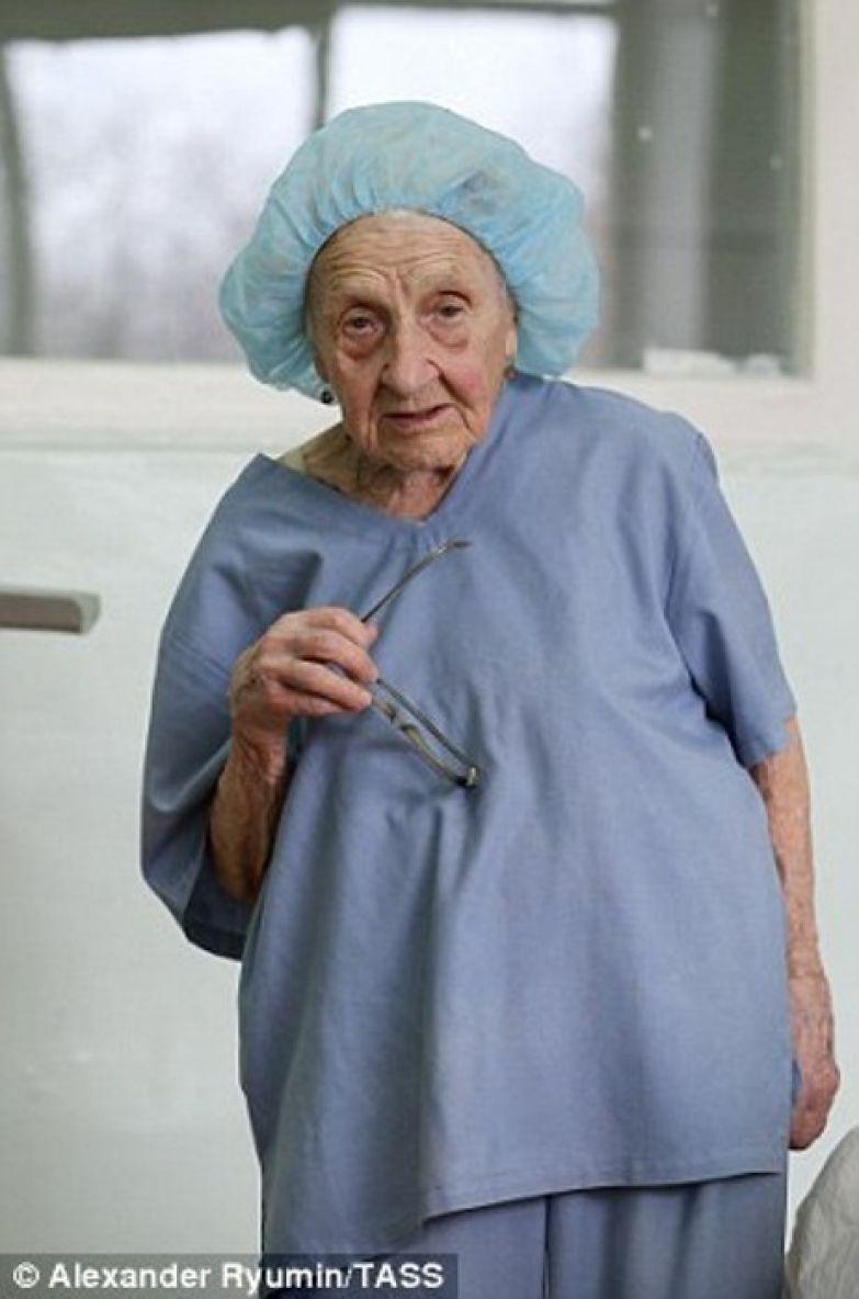Алла Ильинична Левушкина - старейший оперирующий хирург в мире