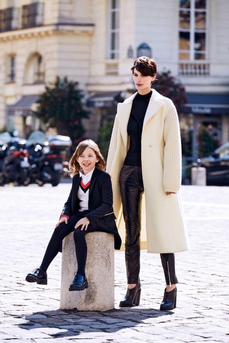 На Луиз: шерстяной жакет, кожаные ботинки, все Dsquared2; шерстяной пуловер, Ermanno Scervino; хлопковая рубашка, Il Gufo; колготки, Calzedonia. На Саманте: шерстяное пальто, джемпер из полиэстера, все Sportmax; кожаные брюки, Versace; кожаные ботильоны,Jil Sander; металлические серьги с рутениевым покрытием и стразами, Dior.