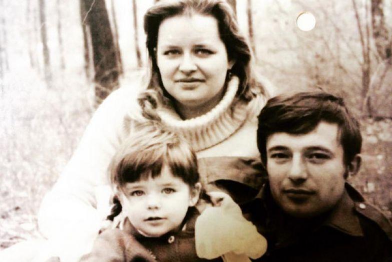 Марина родилась в семье советского офицера в городе Кишкунмайша