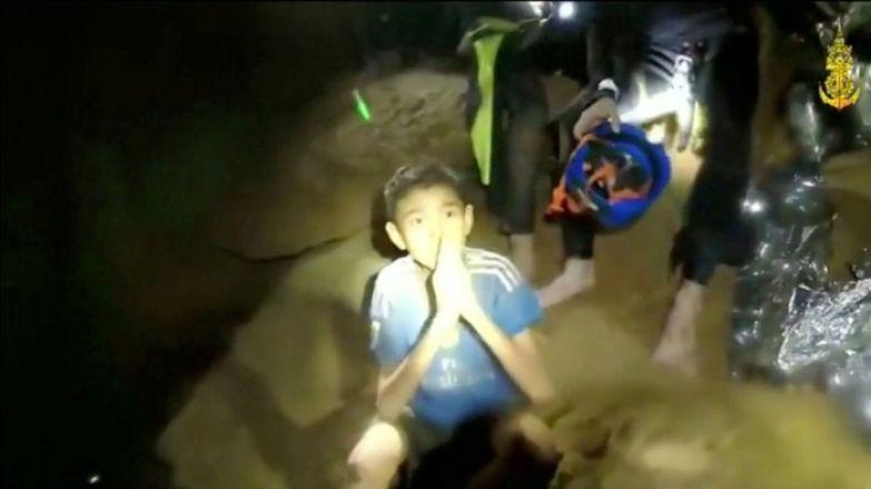 Один из мальчишек, которые ждут спасения в сухой комнате пещеры.
